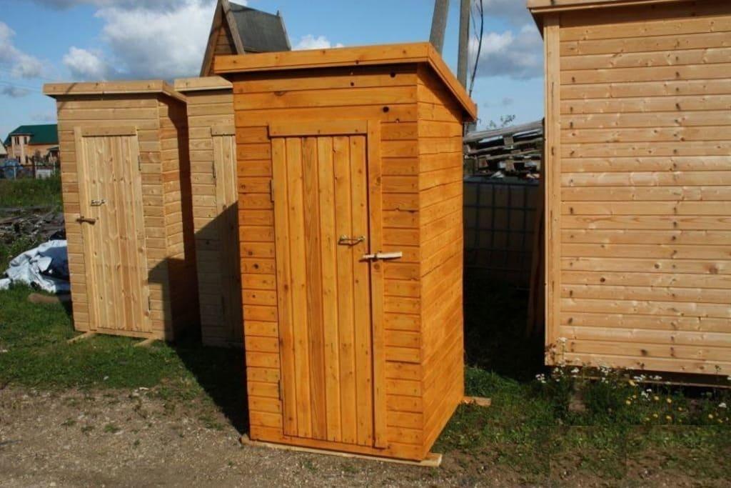 Правильный наклон крыши дачного туалета