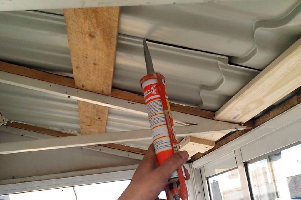 Устранение щелей на потолке