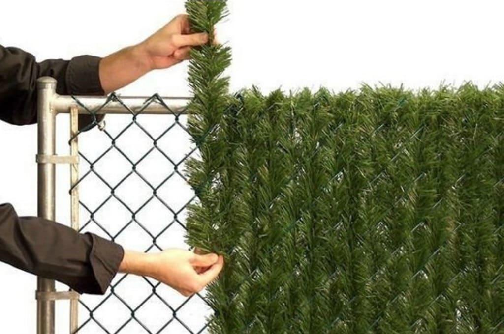 Декорирование забора искусственной зеленью